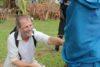 Benjamin Doberstein předává kozu osvobozeným otrokům (CSI)